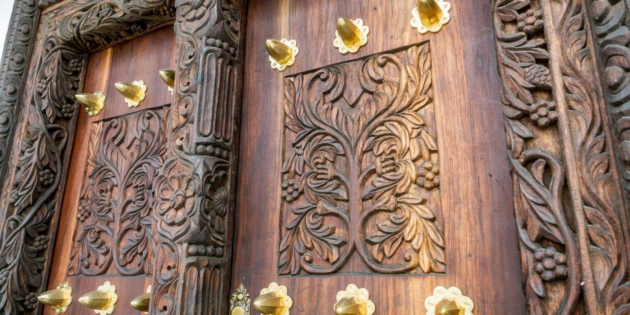 Her bodde en plantasjeeier som hadde slaver. Dørene i Stone Town, Zanzibar!